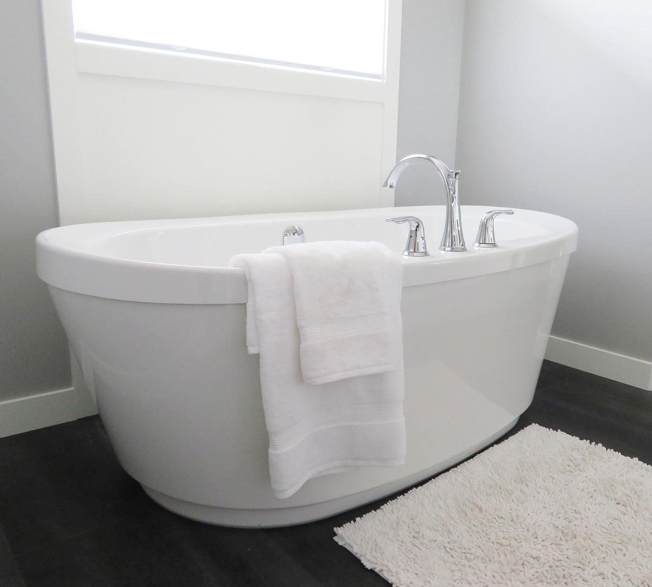Comment décorer une petite salle de bains ?